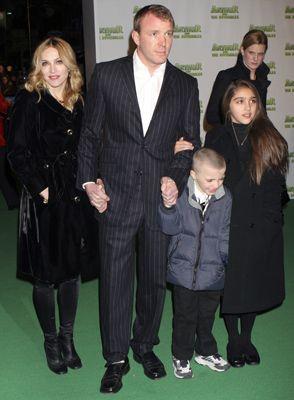 Madonna'nın evlat edindiği Afrikalı bebek David dahil 3 çocuğu olan Madonna'nın, film yapımcısı Guy Ritchie ile mutlu bir evliliği var.